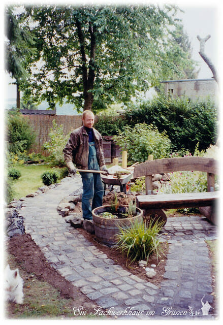 Wege im Garten mit Natursteinen. Gartenweg