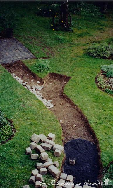 Wege im Garten mit Natursteinen.