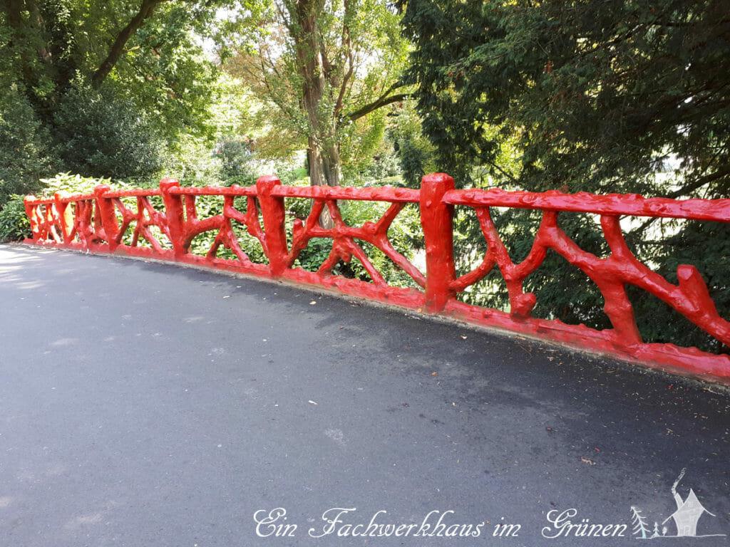Ein Brückengeländer in einem Park in Breda, ganz in Rot, passend zum Redhad Days