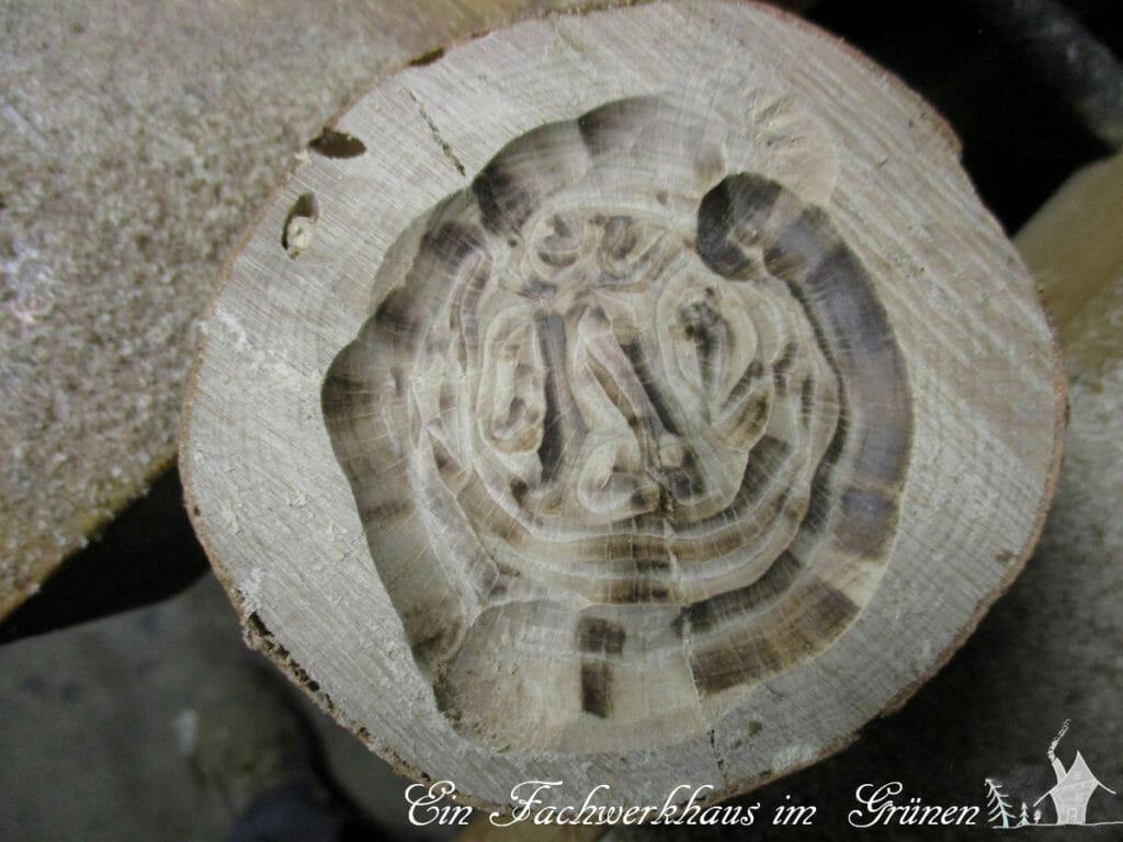 Eine kleine Vertiefung ins Holz gefräst.