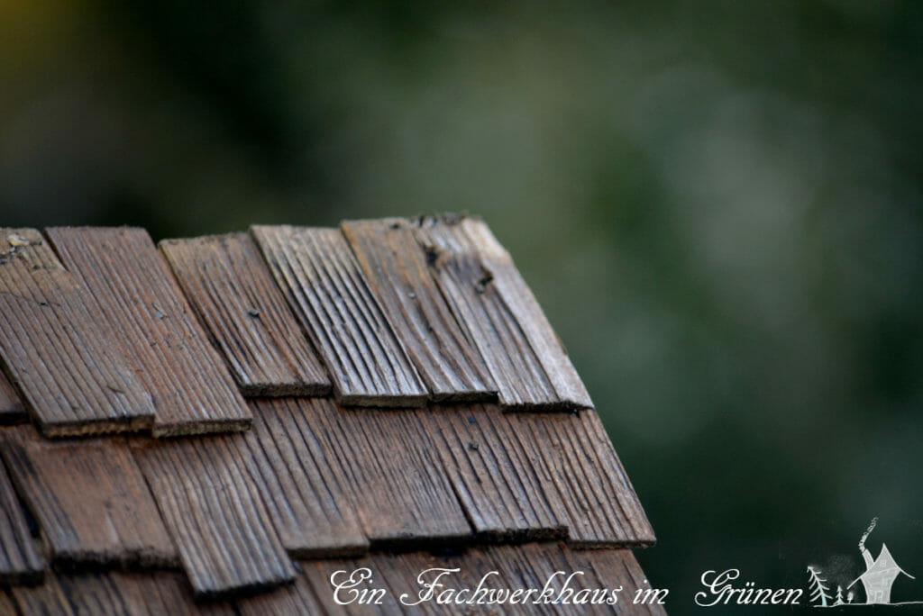 Das Dach der Krippe mit Schindeln.