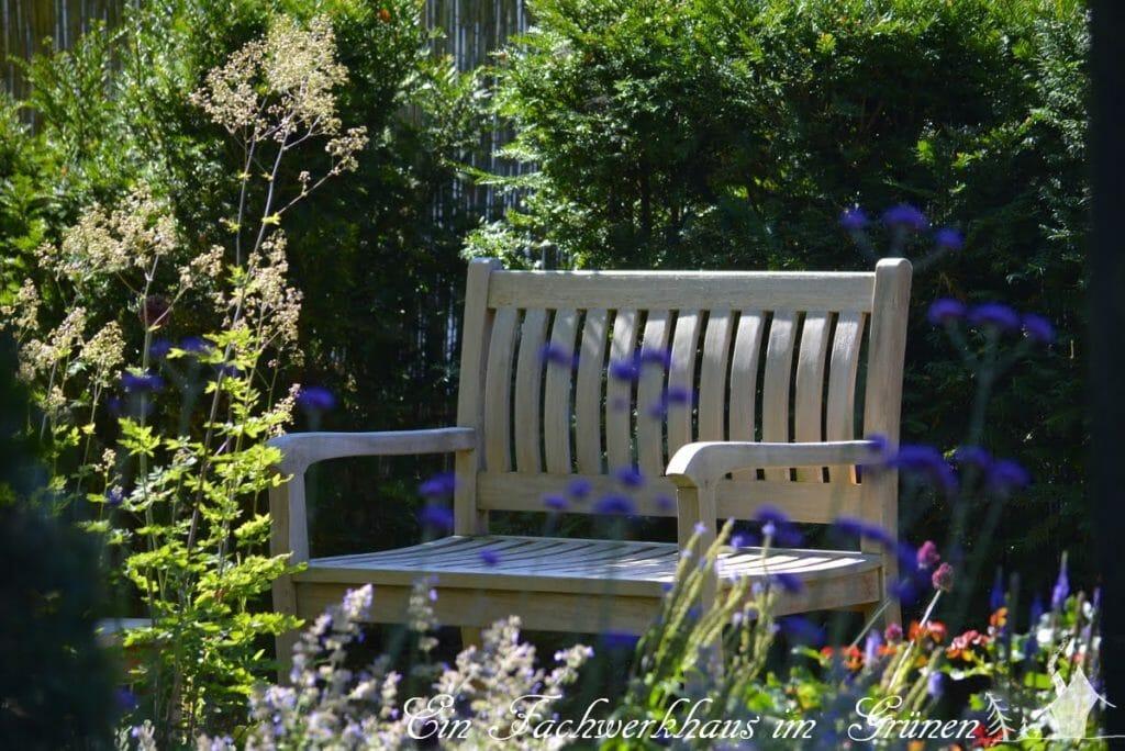 Immer öfters ruhen wir uns auf unserem Sitzplatz im Rosengarten aus, wenn wir wergen der Trockenheit wieder einmal den Garten gießen mussten.