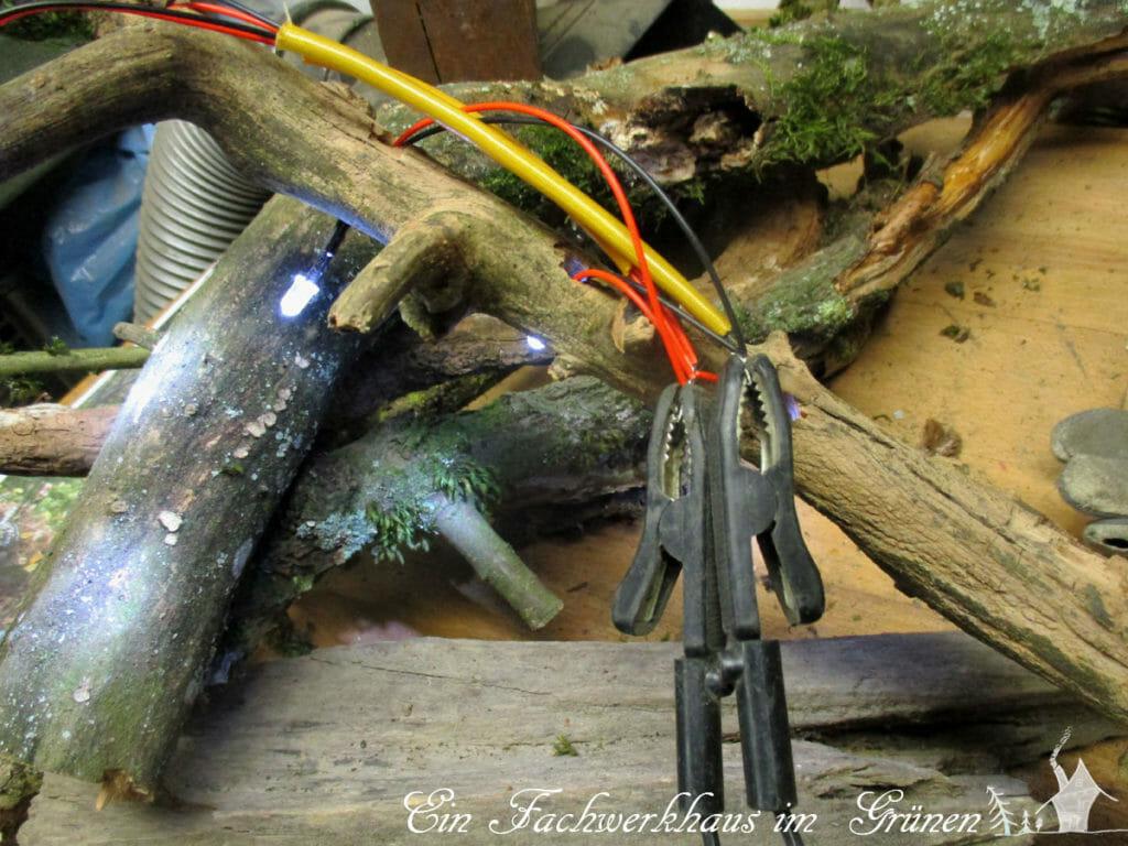 Die LEDs werden in die Löcher gesteckt und verdrahtet.