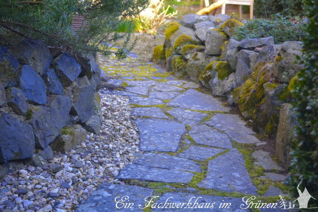 Trockenmauern rahmen diesen Weg ein.