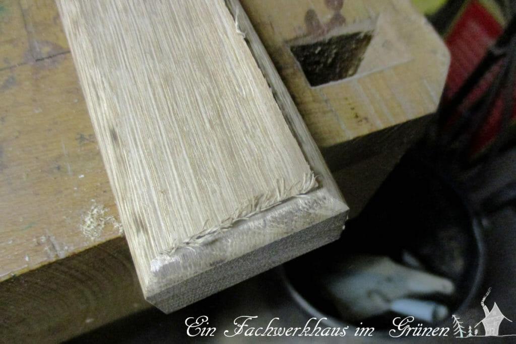 Werkstück aus Eichenholz, Kanten gefräst für einen rustikalen Wandhaken