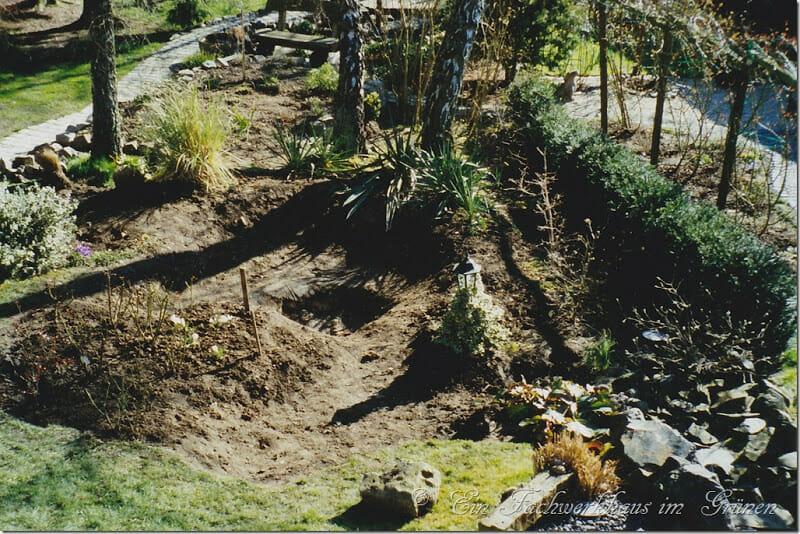 Das Loch für den Gartenteich.