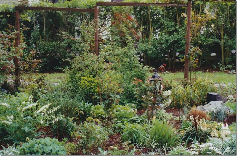 Das Beet mit den weiß blühenden Pflanzen.