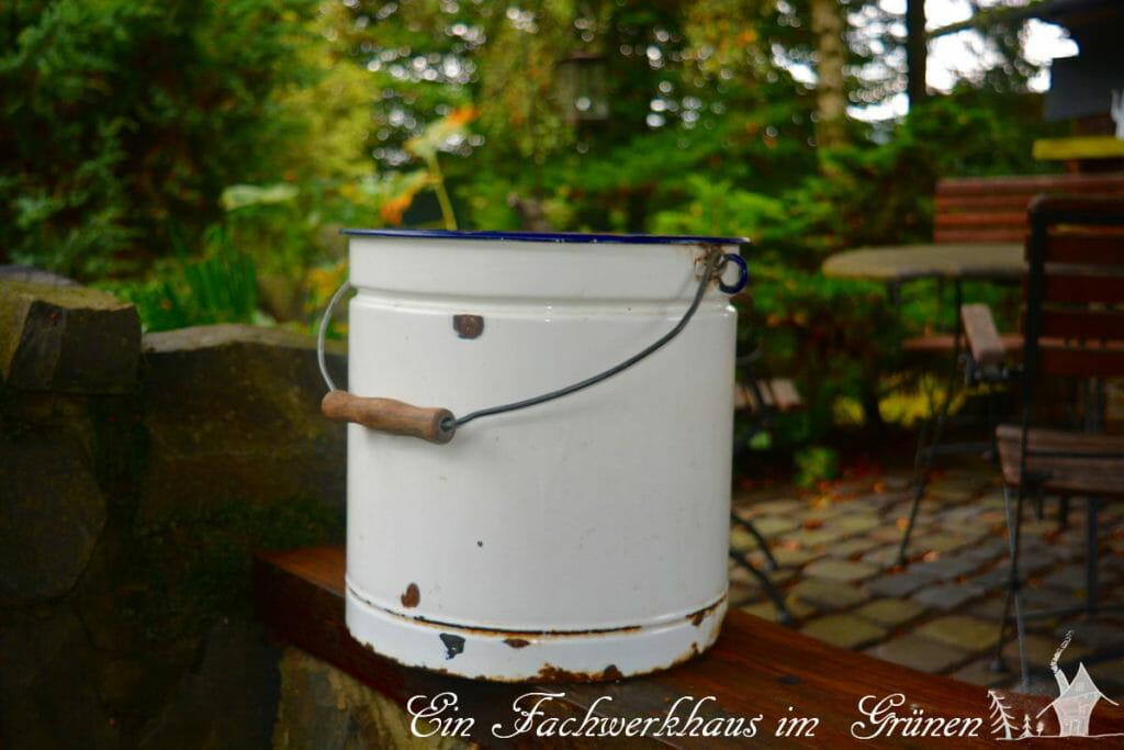 Ein alter Eimer aus Metall für den Miniteich.