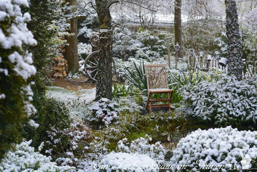 Schnee im Garten im April.