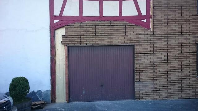 Scheunentor noch mit dem alten Tor für eine Garage.