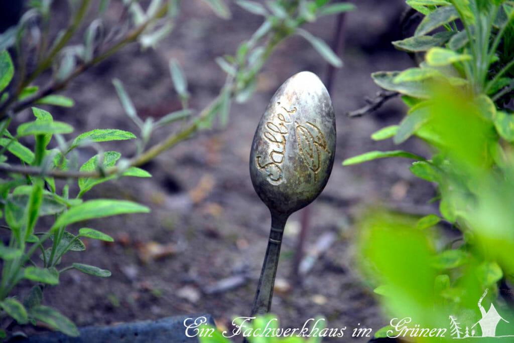 Das Kräuterschild nach ein paar Jahren im Garten.