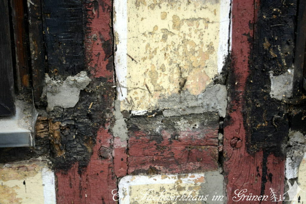 Fachwerk sanieren. Schadhafte Stellen der Balken wurden mit Zementmörtel repariert.