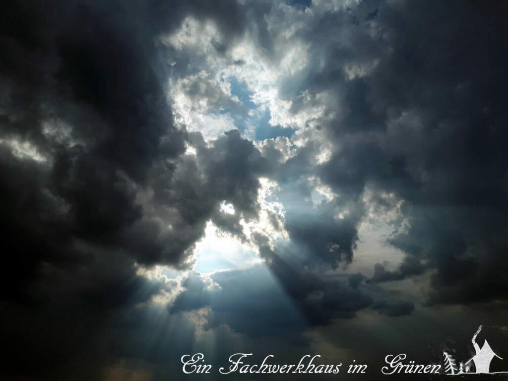 Dunkle Wolken schweben oft über uns im  Herbst.