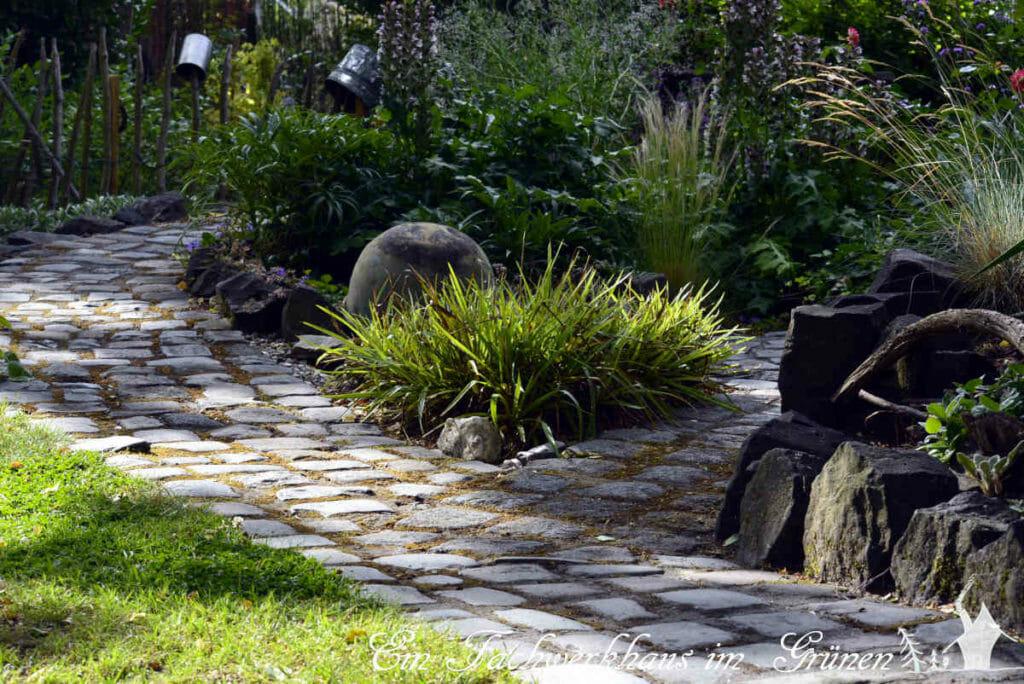 Auch Wege kann man mit Steinen phantasievoll modellieren.
