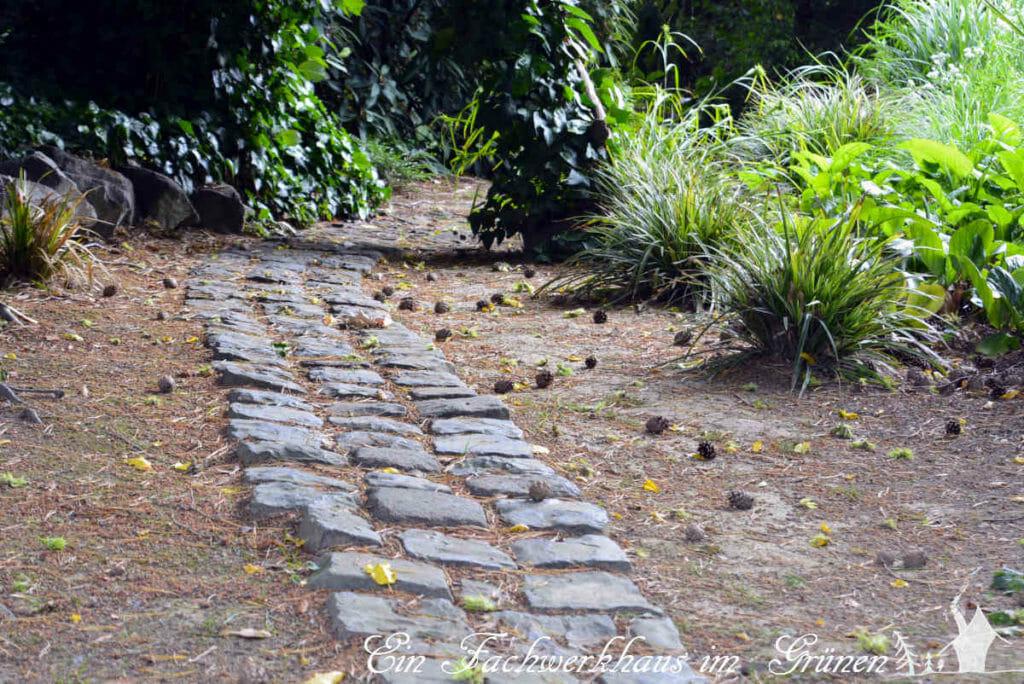Ein Gartenweg aus Basalt.