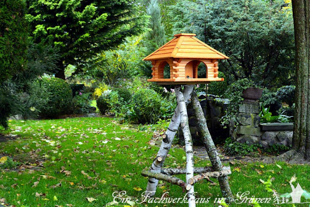 Unser neues Vogelfutterhaus im Garten.