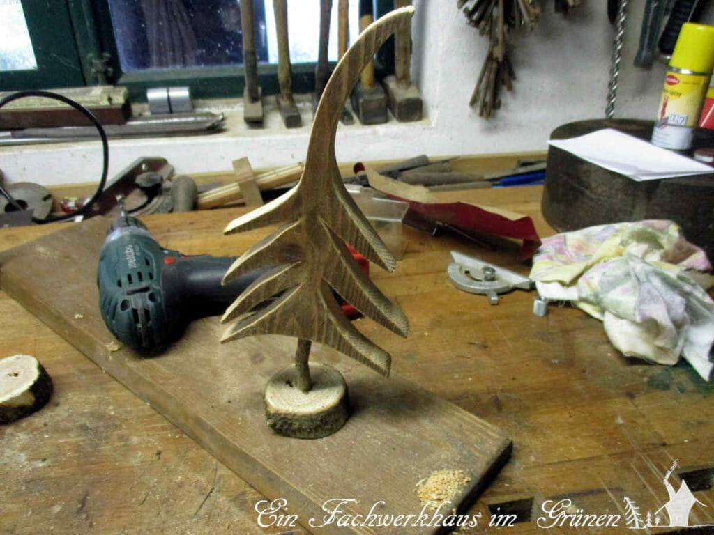 Probestehen in der Werkstatt. Der Tannenbaum ist fertig.