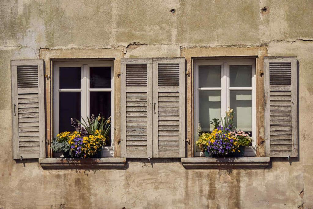 Selbst eher nicht so schöne Fassaden lassen sich durch Blumenkästen deutlich aufwerten.