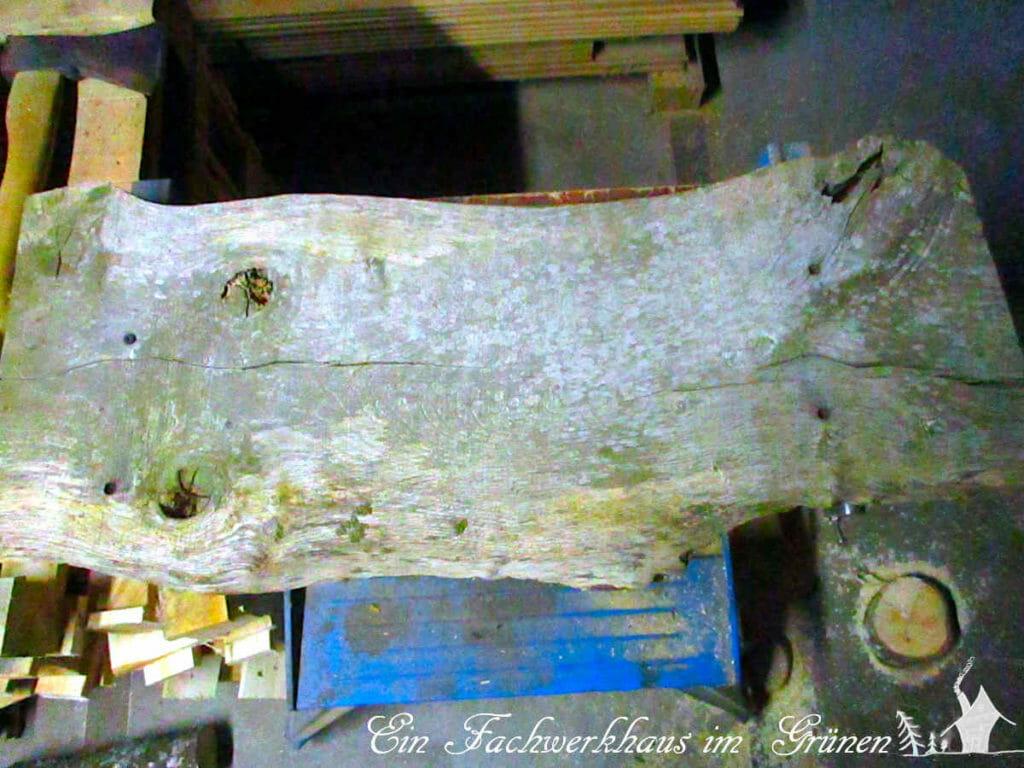 Jahrelang war dieses Brett Wind und Wetter gnadenlos ausgesetzt, und man sieht es ihm an. Genau das richtige Holz für ein rustikales Weihnachtsdorf.