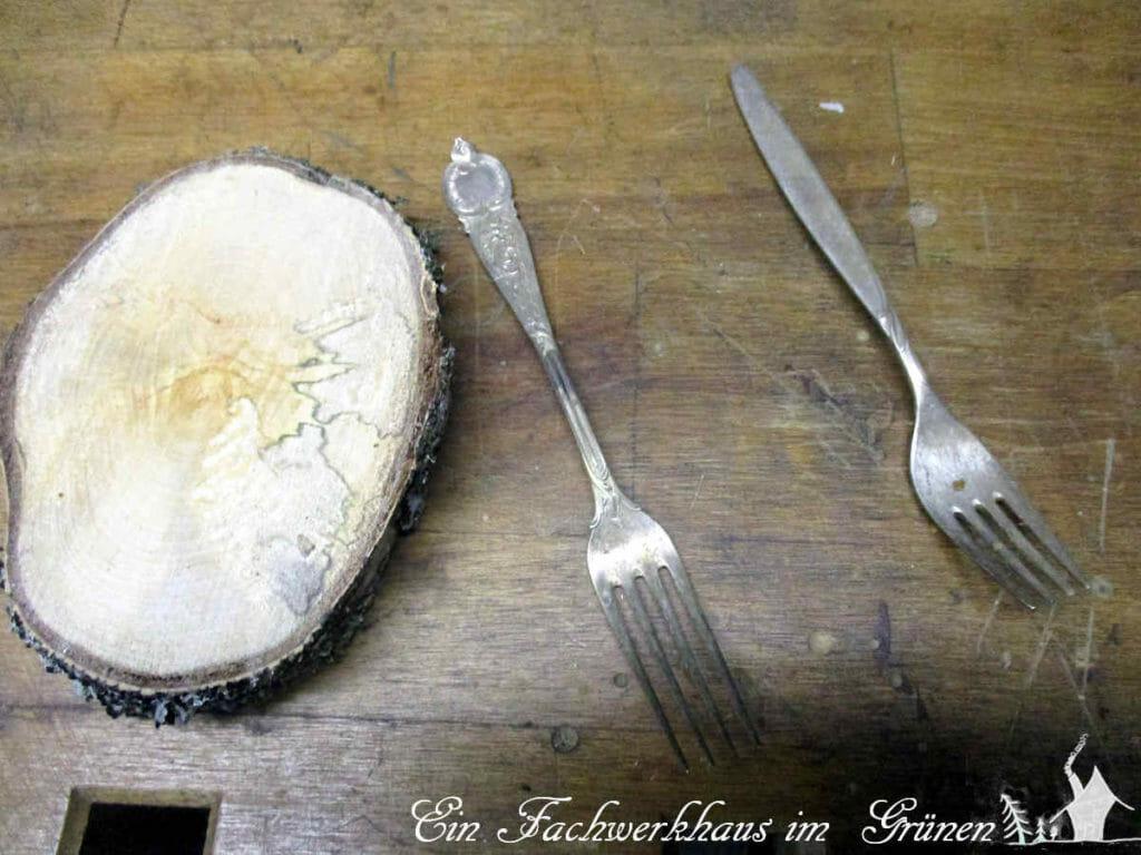 Eine Silbergabel für den Kerzenständer.