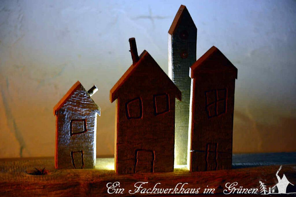 Das Weihnachtsdorf in der Dunkelheit.
